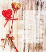 Fondo de San Valentín romántico. Corazones de madera. — Foto de Stock