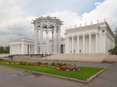 Palace from the colonnade and people walk  — Stock Photo