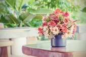 Flowers bouquet on woo table — Fotografia Stock