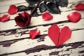 Красная роза с сердечком — Стоковое фото