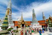 Tourists travel to Wat Phra Kaew and Grand Palace in Bangkok, Thailand. — Stock Photo