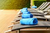 Towel on sun bed at poolside — Stock Photo