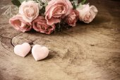 Heart shape with pink rose flower on wooden table — Stock Photo