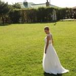 çimenlerin üzerinde poz şık elbiseli güzel gelin — Stok fotoğraf #54389239