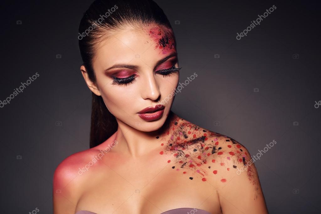 fille sexy avec maquillage extravagant pour la f te. Black Bedroom Furniture Sets. Home Design Ideas