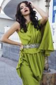 Beautiful brunette woman in luxurious green dress — Stockfoto
