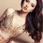 schönes Mädchen mit dunklen Haaren in luxuriösen Pailletten-Kleid — Stockfoto #60520291