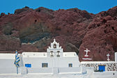 Church and red mountains of Akrotiri, Santorini, Greece — Stockfoto