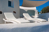 Two longue chairs on terrace of Oia at Santorini, Greece — Stock Photo