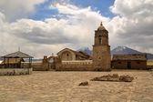 Oud-katholieke stenen kerk in Sajama, Bolivia — Stockfoto
