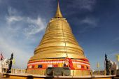 Golden stupa religious icon in Bangkok of Thailand — Fotografia Stock
