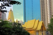 Buddhist temple in front of skyscrapers, Bangkok, Thailand — Stock Photo