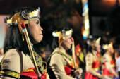 Women dressed as archers, Yogyakarta city festival parade — Stock Photo