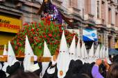 Penitents wear white hoods for the traditional Easter procession in colonial center, La Paz, Bolivia — Stock Photo