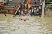 Devotees immerse idols at Durga Puja in Kolkata river — Stock Photo
