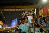Devotees transport an idol at Durga Puja to Kolkata river — Stock Photo