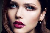 Porträt von schönen mädchen mit roten lippen. — Stockfoto