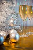 Christmas tree, toy balloons and glasses of wine — Zdjęcie stockowe