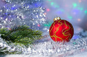 Rama de bola y árbol de Navidad rojo sobre el fondo luces garl — Foto de Stock