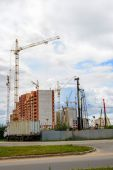 Cranes and building construction on the background of clouds — Stock Photo