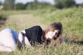 Beautiful girl with long, straight hair posing in the field — Стоковое фото