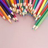 Group of colored pencils with white background and reflexions — Fotografia Stock