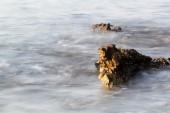 Costa del mar egeo en grecia, thassos island - ondas y rocas - fotografía de larga exposición — Foto de Stock