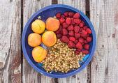 Mix di frutta su fondo di legno — Foto Stock