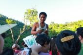 KYAIKTO, MYANMAR - DEC 14, 2012: The Burmese charge money touris — Stock fotografie