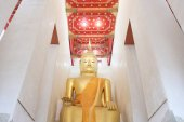 Big golden buddha at Wat Pa Lelai, Supanburi, Thailand — Stock Photo