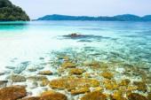Skály, moře a modrá obloha - Thajsko ostrov Lipe — Stock fotografie