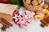 自制圣诞姜饼饼干和圣诞装饰 — 图库照片