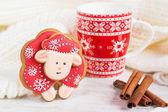 Boże Narodzenie czerwony piernika owiec z szklanki mleka — Zdjęcie stockowe