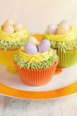 Easter cupcakes decorated with eggs in nest — Stock Photo