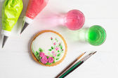 Painted gingerbread cookie with roses. Top view — Stock Photo