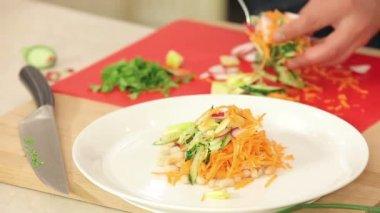 Chef ist Putting von frisch geschnitten Gemüse auf einem Teller für vegetarische Salat — Stockvideo