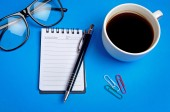 Notepad with coffee cup — 图库照片