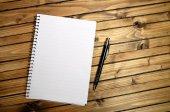 Lege notebook en pen — Stockfoto