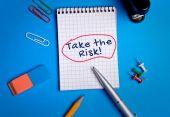 Примите риск слово на ноутбуке — Стоковое фото