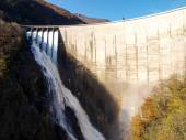 Dam of Contra Verzasca, spectacular waterfalls — Stock Photo