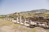 Hierapolis, Turkey. The ruins of the marble portico, the first half of the 1st century AD In the background, the ruins of the fountain Nymphaeum, 2nd century AD — Foto de Stock