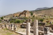Hierapolis, Turkey. The ruins of the marble portico, the first half of I century AD In the background, the ruins of the fountain Nymphaeum, II century AD — Стоковое фото