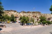 "CAPPADOCIA, TURKEY - JUN 25, 2014: Photo of Modern buildings on the background of a cliff ""cave"" houses in the old Urgup town — Stock Photo"