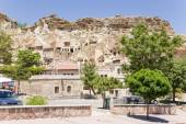 "CAPPADOCIA, TURKEY - JUN 25, 2014: Photo of the old Urgup town with the ""cave"" houses — Stock Photo"
