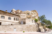"Urgup, Turkey. ""House-caves"" on a cliff in the old town — Stock Photo"