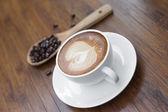 杯のコーヒーとコーヒー豆 — ストック写真