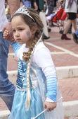 彼の父 - プリムの手を握って青いドレスの妖精ベールシェバ、イスラエル-3 月 5 日 2015:Girl — ストック写真