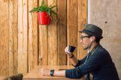 Enjoying some music and coffee — Zdjęcie stockowe