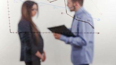 Giovane uomo d'affari risultati subordina le donne con risultati negativi della società — Video Stock