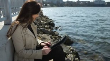Woman on the beach, reading tablet computer and shows like — Stock Video